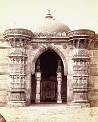 Close view of central arch and flanking minarets of Sayyad Alam's Mosque, Ahmadabad